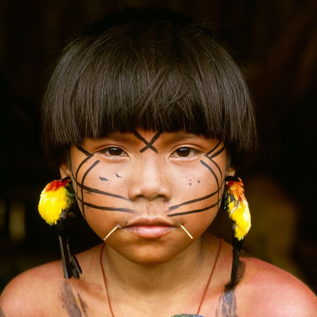 criança indígena com grafismos no rosto